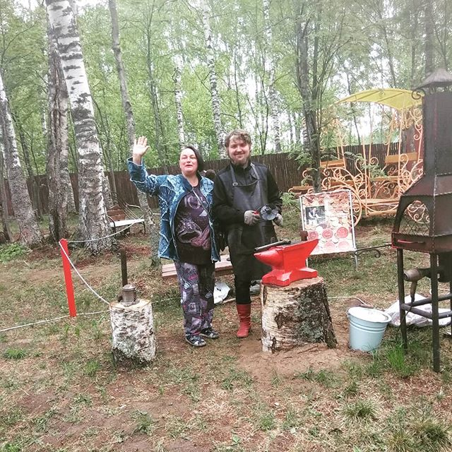 Наши довольные туристы с теплохода компании ,,Водоходъ'' вместе с нашим кузнецом. #туристы #теплоход #кузницауглебыча #кузнец #довольны